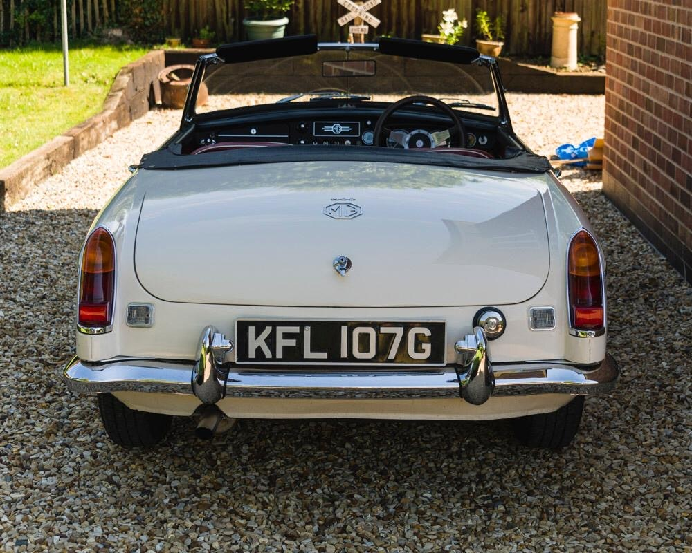 1968 MGC Roadster Old English White For Sale (picture 2 of 9)